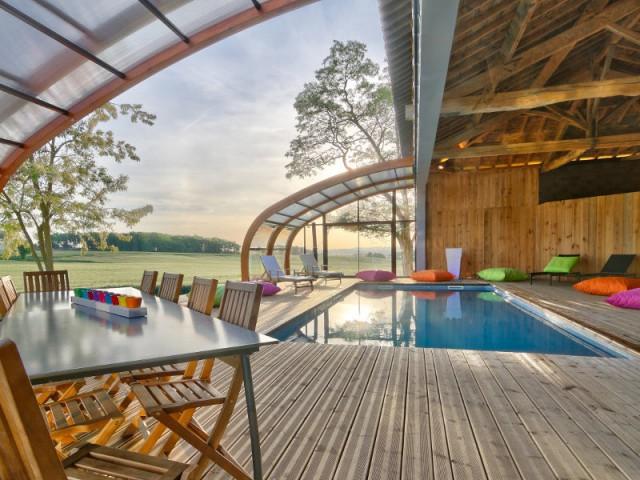 1 abri de piscine en bois ferme 1 hangar pour une piscine. Black Bedroom Furniture Sets. Home Design Ideas