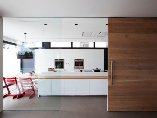 Une cuisine familiale fonctionnelle et pur e en corian - Porte coulissante cuisine salon ...
