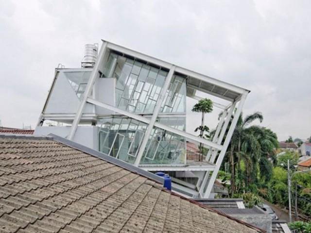 Maison penchée à Jarkarta en Indonésie