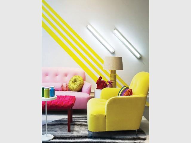 Des zébrures de peinture jaune pour un salon graphique - Bien intégrer la tendance jaune soleil dans mon intérieur