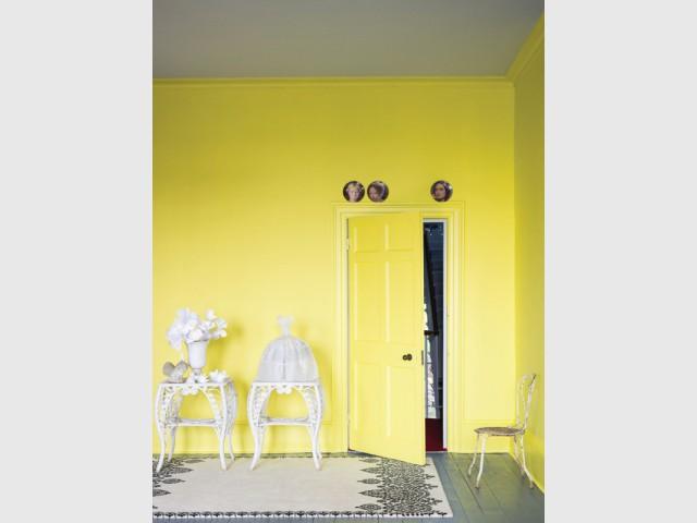 De de la peinture jaune sur tous les murs pour un salon lumineux - Bien intégrer la tendance jaune soleil dans mon intérieur