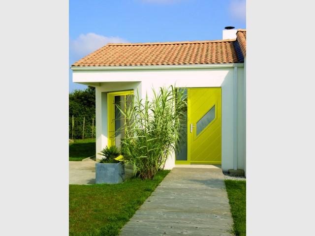 Une fenêtre et une porte d'entrée jaunes pour une maison contemporaine - Bien intégrer la tendance jaune soleil dans mon intérieur