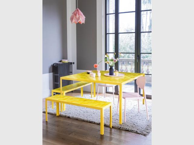 Une table et des chaises jaunes pour une salle à manger dedans/dehors - Bien intégrer la tendance jaune soleil dans mon intérieur