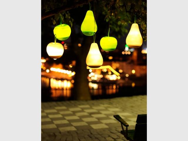 Des objets lumineux suspendus pour un jardin excentrique - Un jardin bien éclairé