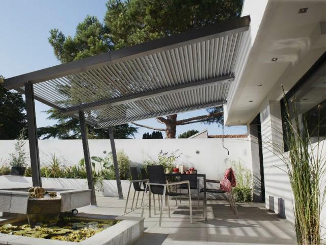 Une tonnelle à lames orientables pour un bain de soleil en toute circonstance - Quelles solutions pour se protéger du soleil ?