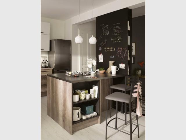 une cloison pour cr er un tableau noir dans la cuisine maisonapart. Black Bedroom Furniture Sets. Home Design Ideas