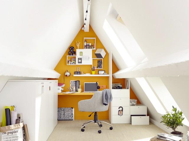 idee amenagement combles cheap espace lecture avec une bibliothque et des fauteuils with idee. Black Bedroom Furniture Sets. Home Design Ideas