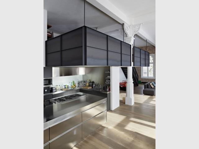 1 loft combine style industriel et l gance du blanc - Fermeture mezzanine verre ...