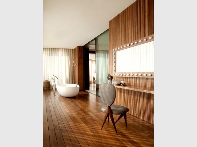 Volume vertigineux pour un penthouse chaleureux for Suite parentale avec salle de bain