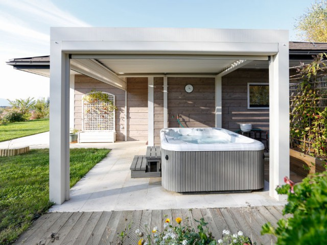 1 spa prot g par une pergola bioclimatique. Black Bedroom Furniture Sets. Home Design Ideas