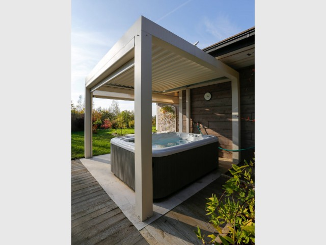 1 spa prot g par une pergola bioclimatique. Black Bedroom Furniture Sets. Home Design Ideas