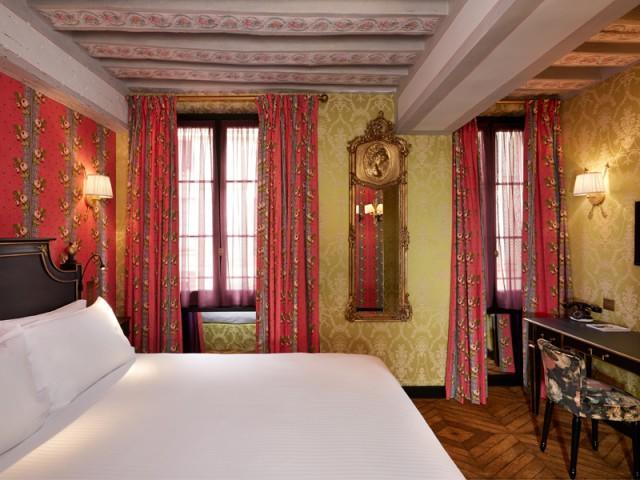Vues à l'hôtel JoBo : des poutres apparentes ornées de roses - 10 idées déco vues à l'hôtel JoBo, à Paris