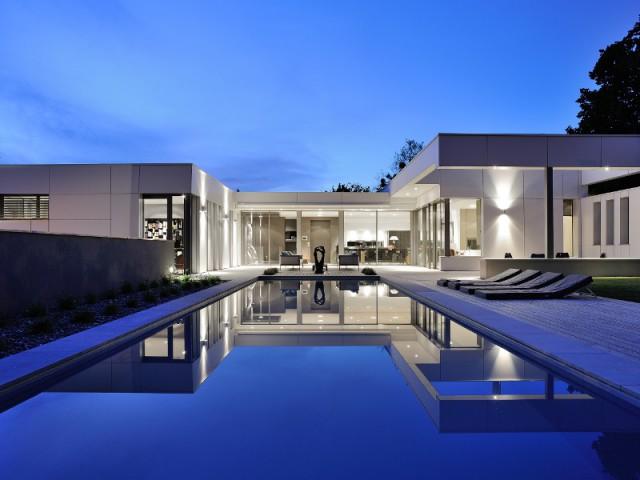 Jeux de sym trie et de niveaux pour une villa lyonnaise for Maison contemporaine en u