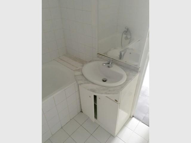 Avant : une salle de bains avec baignoire