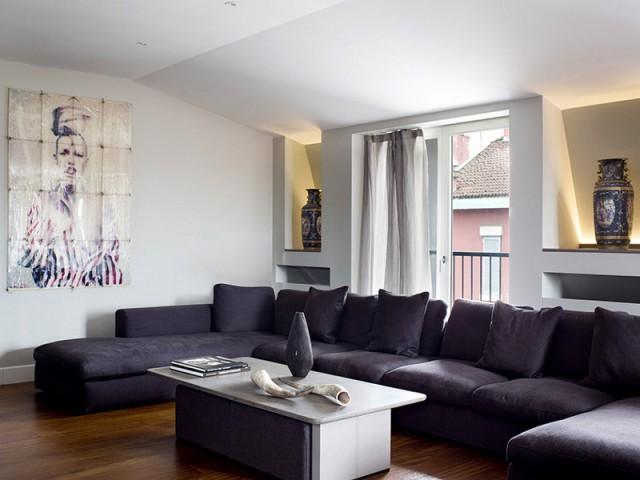Un canapé d'angle XXL en velours pour un salon élégant