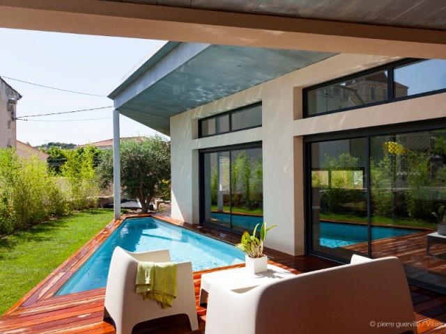 Une villa s'immisce dans un village provençal
