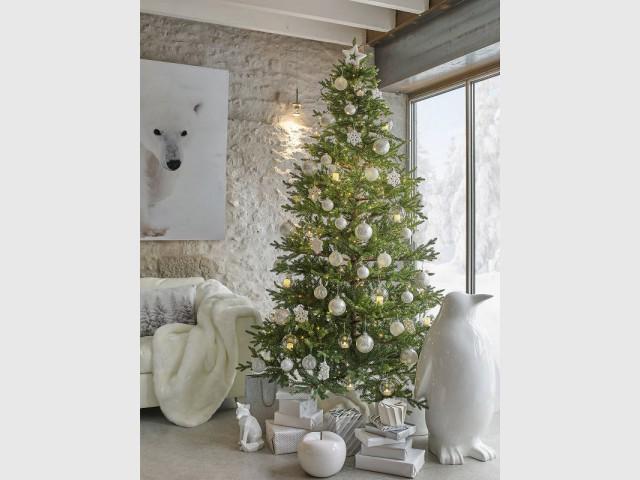good un sapin de nol avec une dcoration givre pour un. Black Bedroom Furniture Sets. Home Design Ideas