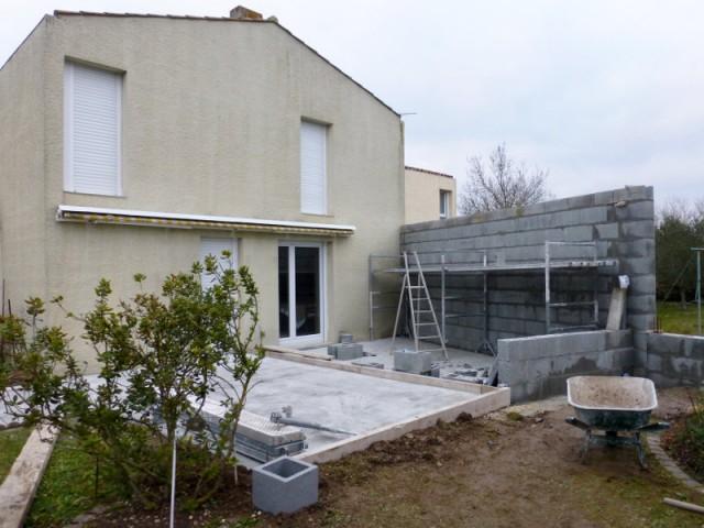 Montage du mur de la véranda en limite de propriété