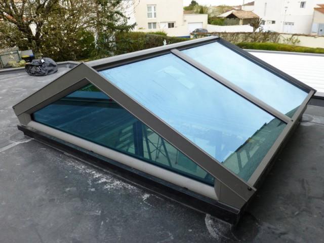 Un puits de lumière avec vitrage à contrôle solaire en toiture