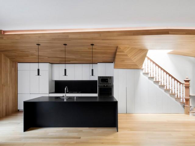Le bois omniprésent du sol au plafond