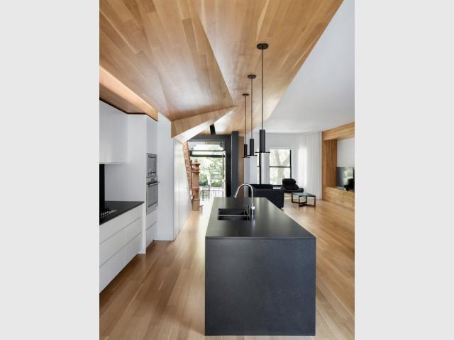 Un plafond en bois à la forme originale