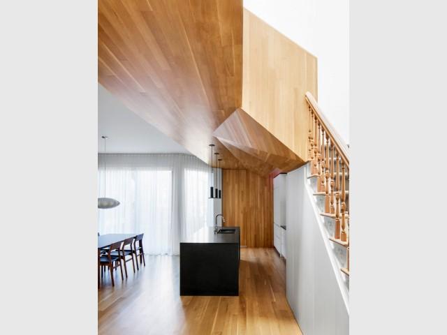 Un habillage bois au plafond pour dissimuler des poutres