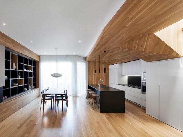 Une bibliothèque et une table en écho au bois de la cuisine
