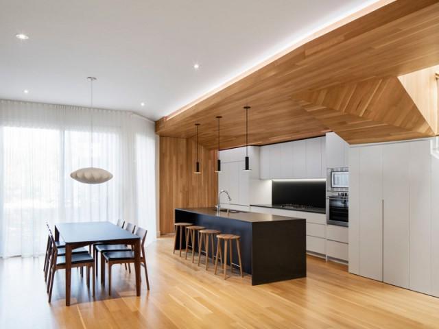 Une cuisine ouverture entourée de bois