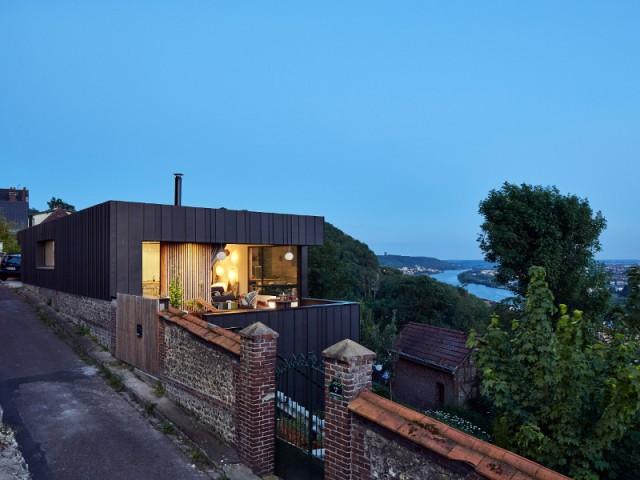 220m2 répartis sur deux niveaux - Une maison en zinc noir posée sur un mur en brique