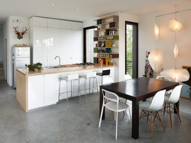 Un intérieur qui fait la part belle au béton - Une maison en zinc noir posée sur un mur en brique