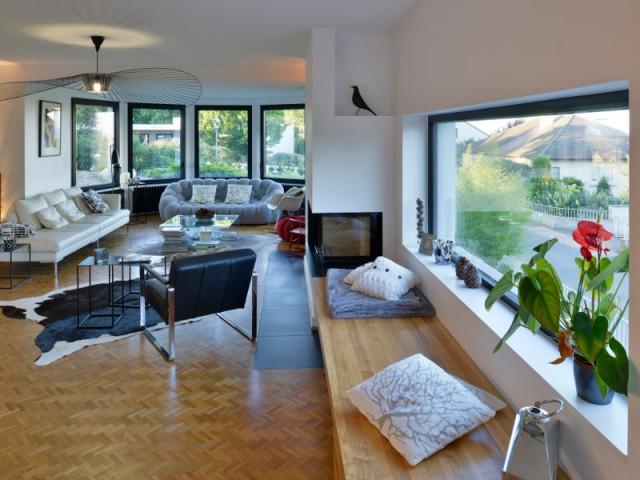 Un salon lumineux grâce à de grandes baies vitrées