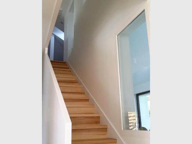 Deux grandes fenêtres pour illuminer un escalier en bois