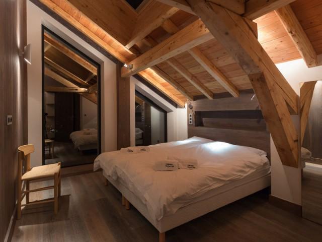 Des chambres où se mêlent bois brut, verre et métal