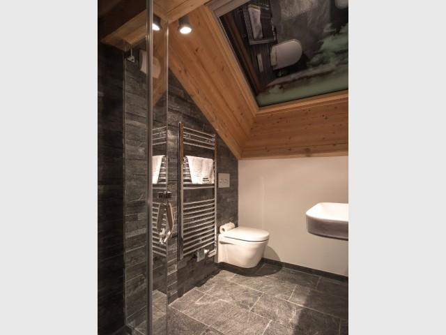 Une salle de bains aux matériaux élégants pour une note haut-de-gamme