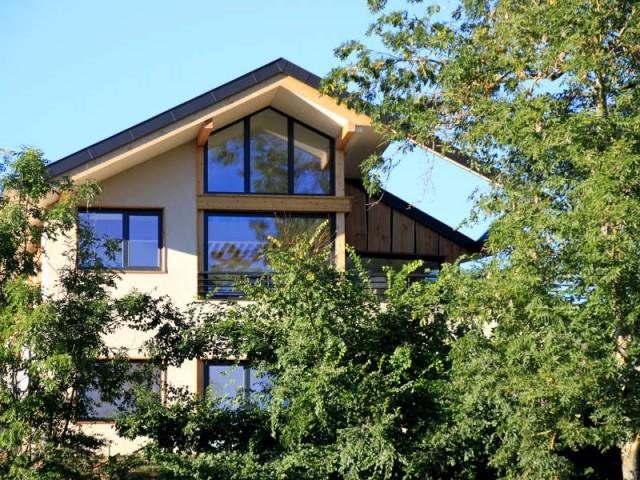 Une maison en bois et en verre dans la montagne
