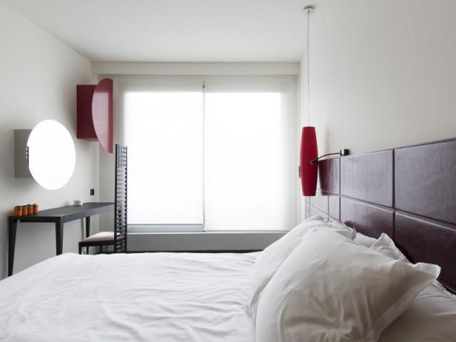 Une chambre lumineuse maquillée de rouge
