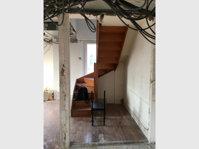 Avant : un escalier massif qui bloquait la lumière de la fenêtre