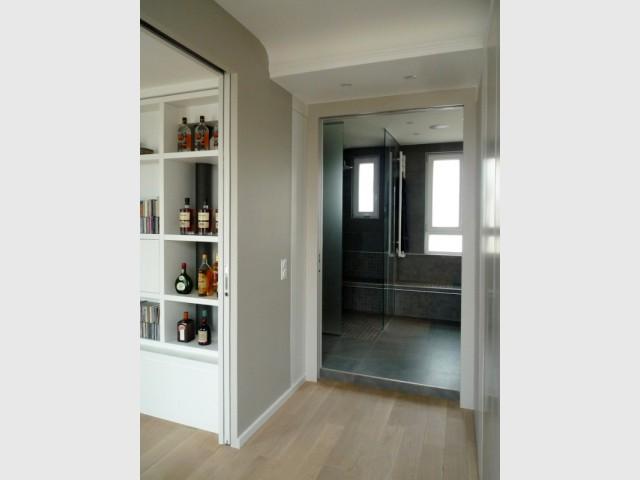 Une salle de douche aux accents minéraux, à la place de l'ancienne cuisine
