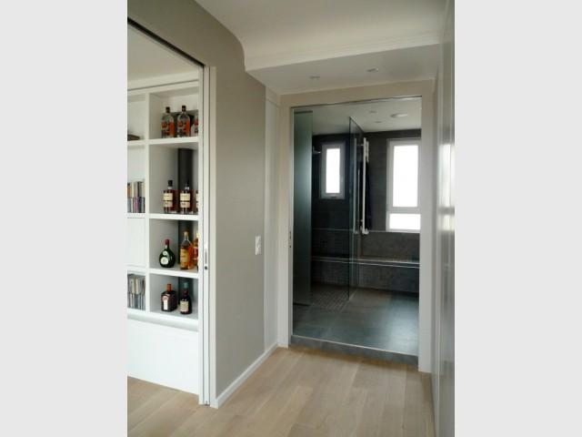 Une cuisine transform e en salle de bains min rale et - Douche italienne surelevee ...