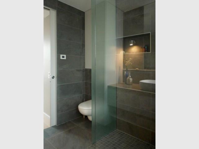 Une cuisine transform e en salle de bains min rale et contemporaine - Wc dans cuisine ...