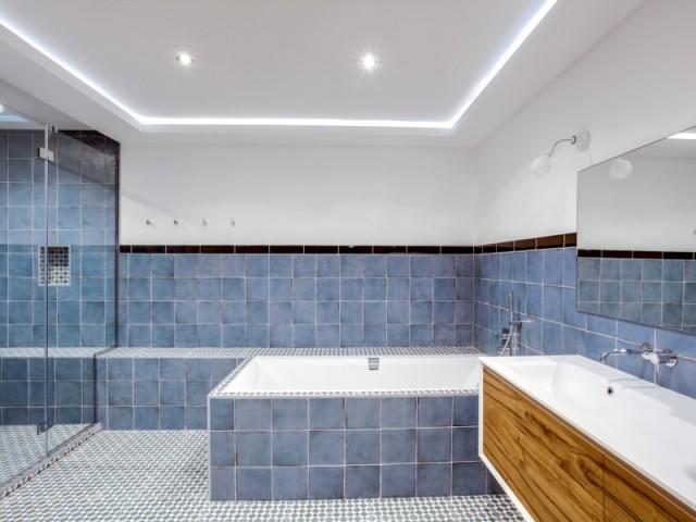 Une salle de bains sobre et élégante