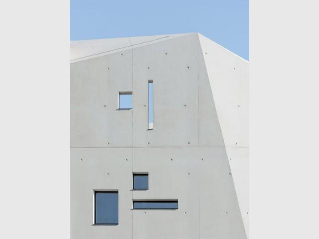 Des ouvertures étroites comparables à des meurtrières - Réalisation-extension d'un mazet, un petit mas provençal dans le Gard