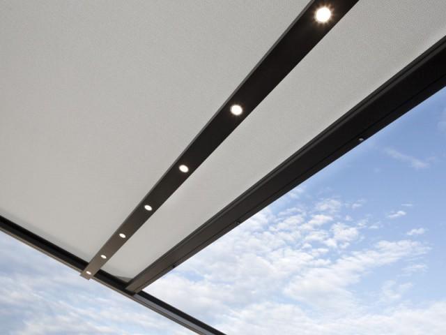 Un bandeau de LEDs intégré à la toiture