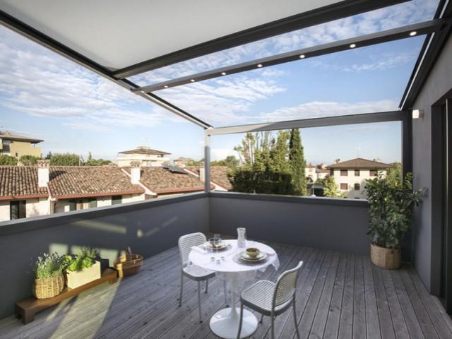 Une pergola sur-mesure épouse une villa italienne - Une pergola Xtesa pour une villa contemporaine