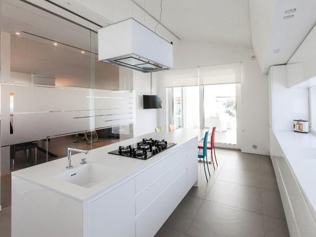 Une cuisine entièrement immaculée