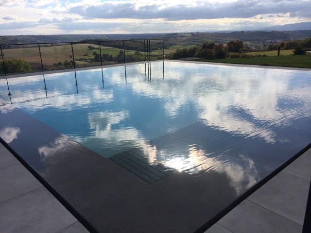 Une piscine miroir immerg e dans la campagne is roise for C est quoi une piscine miroir