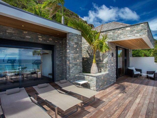 Une terrasse dessert trois chambres