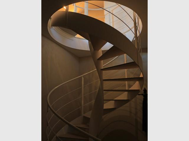 Un escalier acier en colimaçon