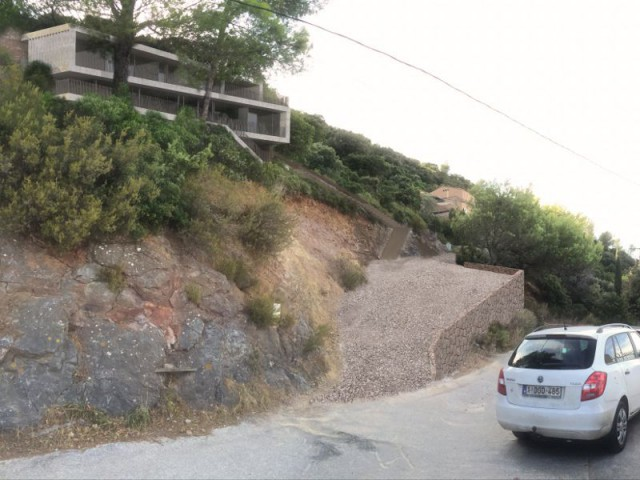 Une villa d'architecte perchée sur la colline d'Hyères : Terrain escarpé - Une villa d'architecte perchée sur la colline d'Hyères
