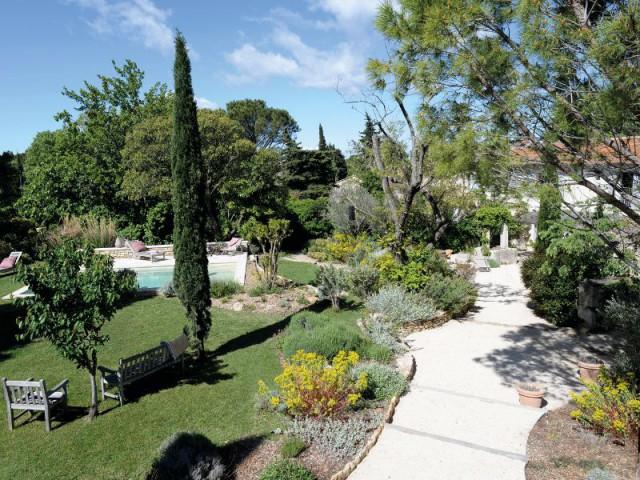 R novation un jardin proven al se red ploie autour de for Amenagement jardin provencal